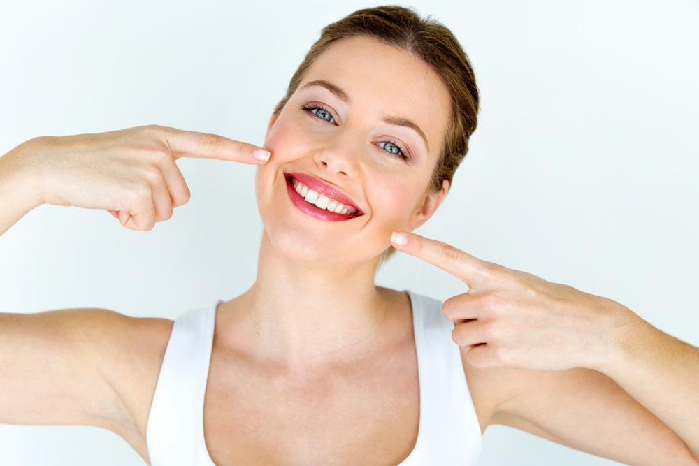 Une femme avec un blanchiment des dents