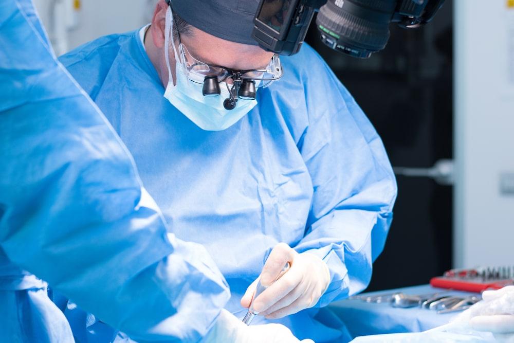Une chirurgie en implantologie